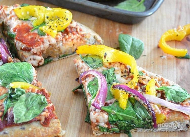 6.Поставьте пиццу снова в духовку на 15 минут и выпекайте, пока сыр не станет пузыриться. Достаньте приготовленную пиццу из духовки, порежьте кусочками и подавайте к столу.