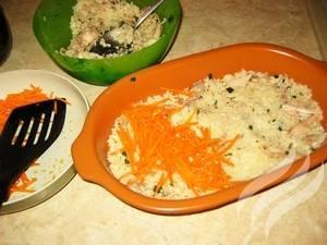 Смажьте растительным маслом форму для запекания. Выложите на нее половину риса с курицей, далее равномерно выложите морковь.