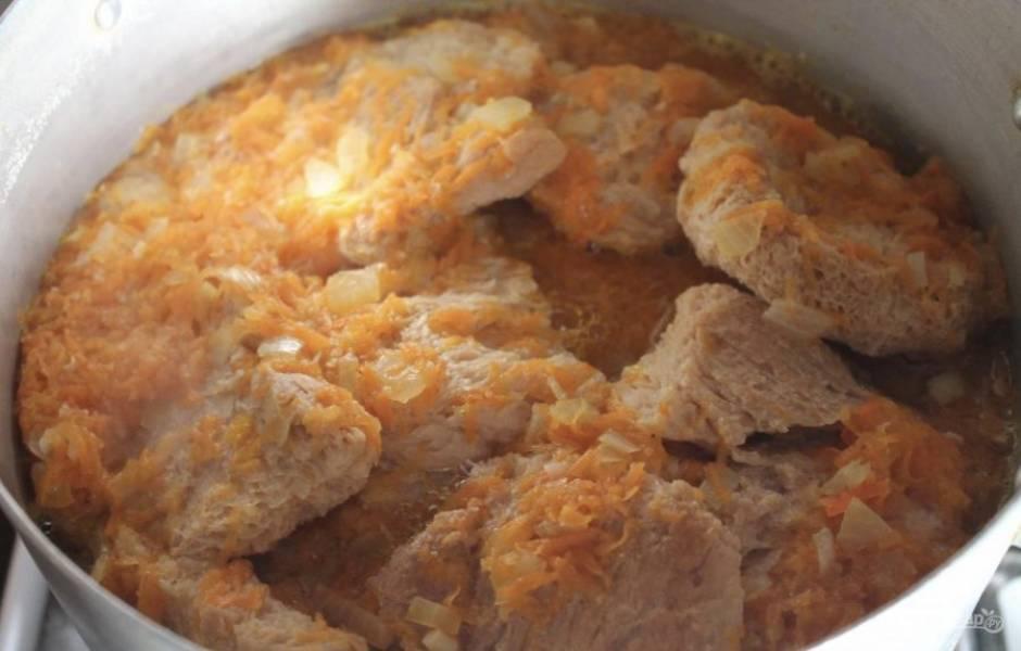 Вливаем в сковороду воду после шницелей и доводим все это дело до закипания. Солим. Затем все содержимое сковороды заливаем в кастрюлю к сое. Ставим кастрюлю на огонь.