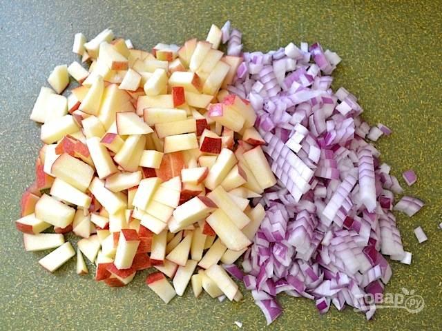 3.Яблоки у меня кисло-сладкие, мою их хорошенько и разрезаю пополам, затем нарезаю мелкими кусочками. Красный лук очищаю от шелухи и нарезаю мелким кубиком.