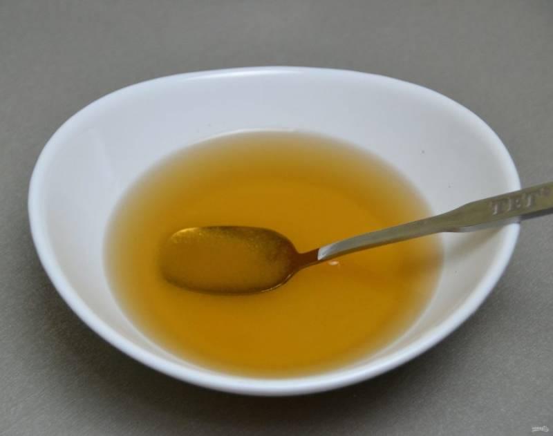 Подготовьте пропитку для бисквита из сахарного сиропа (1 ст. ложка сахара, 50 грамм воды и 2 ст. ложки коньяка или рома).