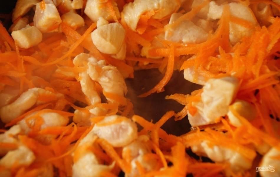 4.Сковороду разогреваю с подсолнечным маслом, выкладываю в неё сперва курицу, обжариваю её до того момента, пока не испарится вся жидкость, следом за курицей добавляю морковку, перемешиваю и готовлю около 2-3 минут.