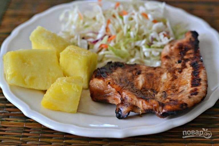 3.Выкладываю индейку на блюдо и подаю с салатом из свежих овощей и ананасом. Приятного аппетита!