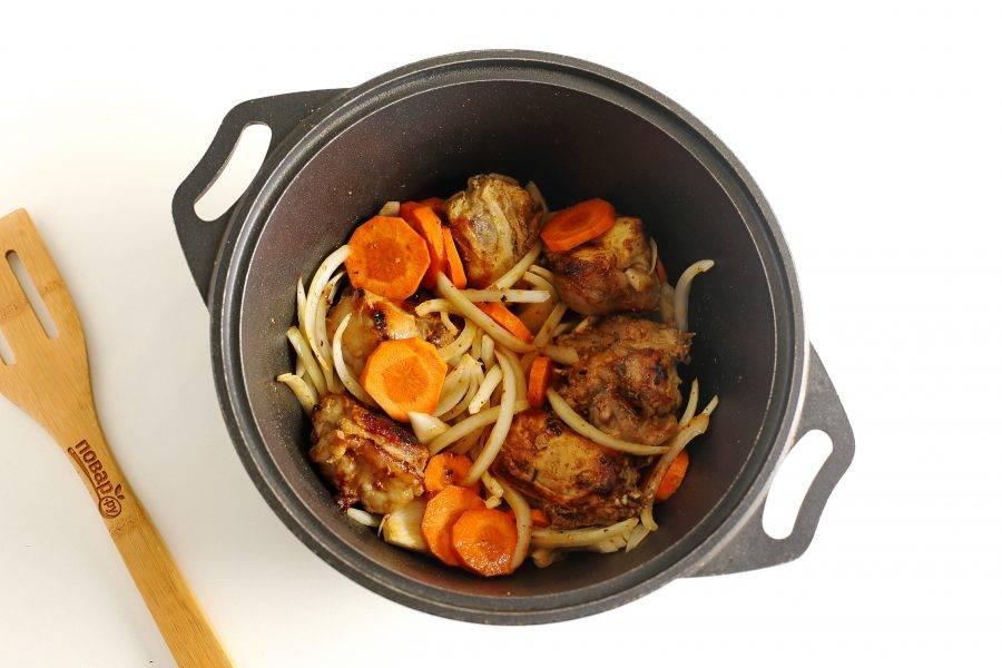 Морковь нарежьте кружочками, лук перьями или полукольцами. Добавьте к мясу и перемешайте. Жарьте кролика с овощами около 5-7 минут.