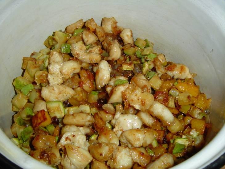 Пока запекается тыква, разберемся с ингредиентами для начинки. Нарезаем все мелкими кусочками (курятину, грибы, картофель, кабачки, лук, мякоть тыквы) и обжариваем на растительном масле до готовности.