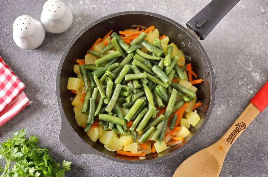Затем добавьте стручковую фасоль и продолжайте тушить около 10 минут (в зависимости от желаемой степени готовности овощей).