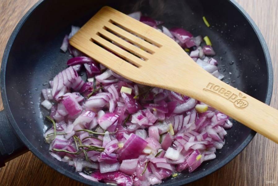 В глубокой сковороде разогрейте масло, обжарьте в нем измельченный лук с розмарином до золотистой корочки.