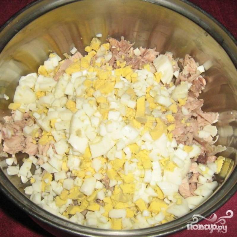 Варим вкрутую пару яиц и так же мелко нарезаем.