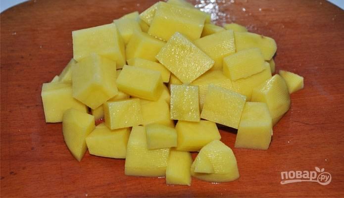 Затем отправьте в бульон нарезанный картофель.