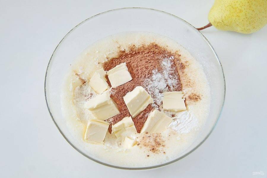 3. Добавьте муку, какао, разрыхлитель и нарезанное кусочками мягкое масло.