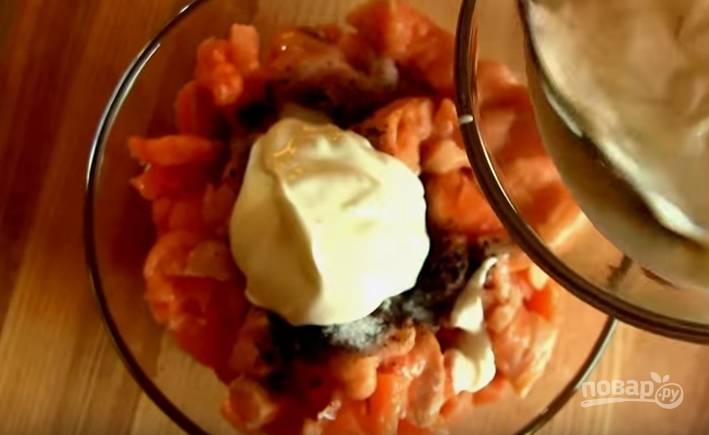 4. Филе рыбы нарежьте небольшими кубиками, соедините с овощами. Добавьте соль, перец, заправьте сметаной, всё смешайте.