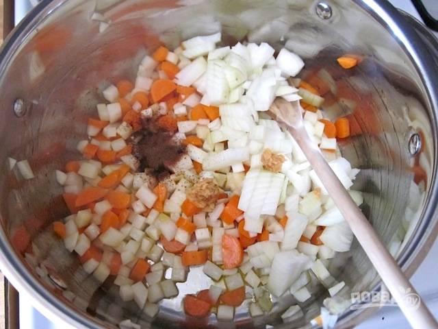 2.Нарежьте кубиками лук и выложите его к остальным овощам, добавьте измельченный чеснок и молотую гвоздику.
