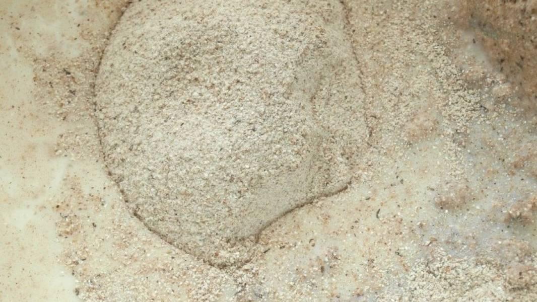 1. Стакан воды смешаем с гречневой мукой, а оставшиеся 50 мл подогреем, и разведем в них дрожжи. Когда закваска станет булькать, добавим ее к тесту, также добавим вскипяченное бурлящее молоко, сахар и специи по вкусу.