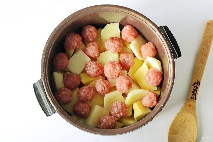 Затем положите сверху картофель, а на картофель выложите фрикадельки.