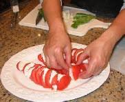 Порежьте помидоры и моцареллу на пластинки 5 мм толщиной. Удалите сок и зёрнышки у помидор, если хотите. И выложите на тарелку чередуя между собой моцареллу и помидоры.