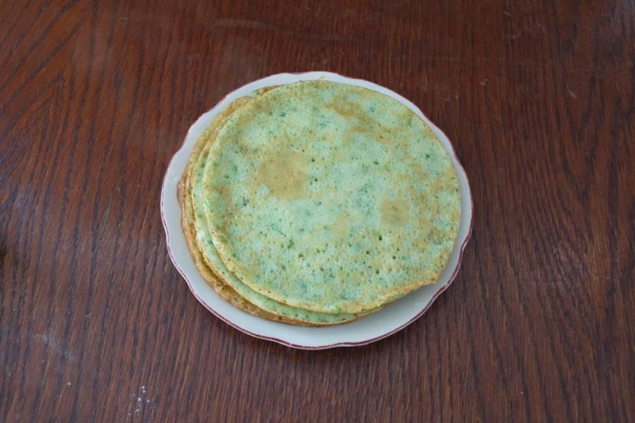 Добавьте в тесто 2 ст. ложки растительного масла. Взбейте.  Для первого блина в сковороду добавляем немного растительного масла. На хорошо разогретую сковороду вливаем порцию теста. На небольшом огне обжариваем блин с одной стороны, переворачиваем на другую. Я жарю на маленькой сковородке. У меня вышло 15 таких блинов. Можно жарить на стандартной сковороде, но блинов получится меньше.