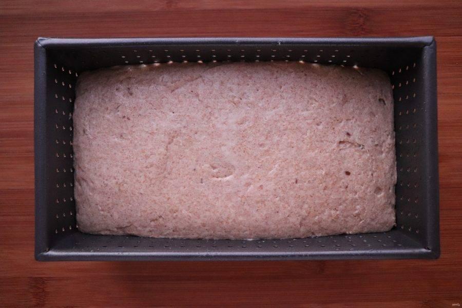 Тесто должно увеличиться в 2 раза. Если у вас есть специальная форма для хлеба, то переложите подошедшее тесто в нее, предварительно смазав форму маслом и присыпав мукой. Если нет, то выложите тесто на щедро присыпанную мукой рабочую поверхность, посыпьте мукой само тесто и сформируйте буханку желаемой формы. Оставьте тесто на расстойку в форме на 2 часа.