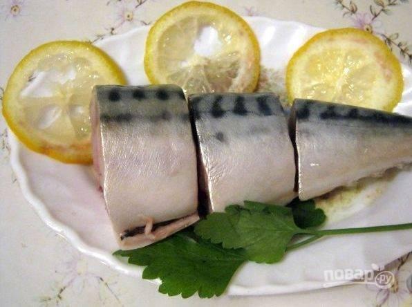 После этого промойте рыбу от рассола. Подавайте её, нарезав порционными кусками. Приятного аппетита!