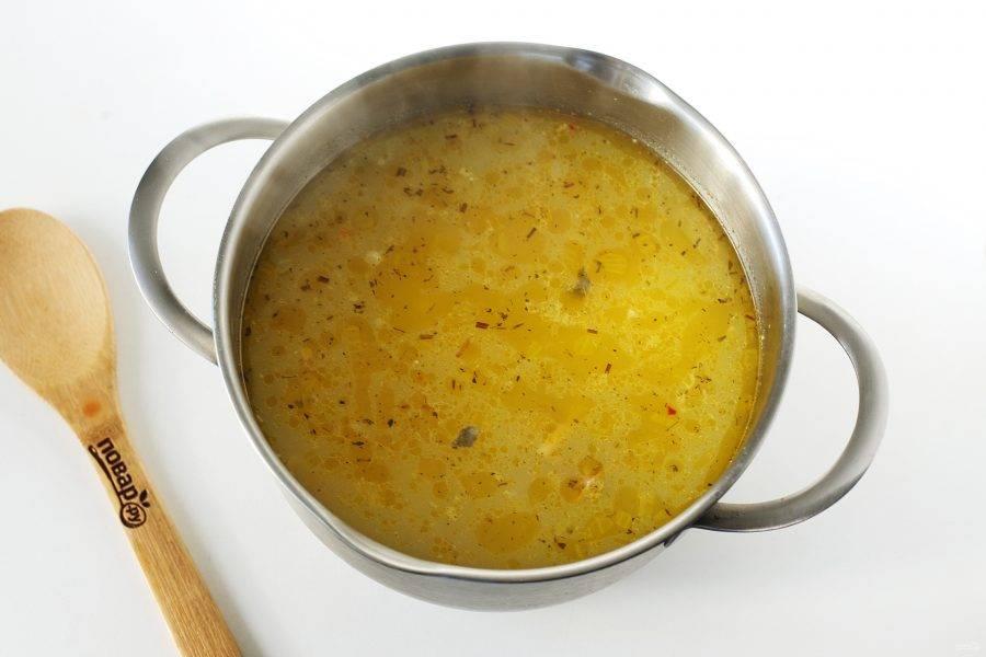 Суп из консервированного лосося готов. Подавайте по желанию с зеленью.