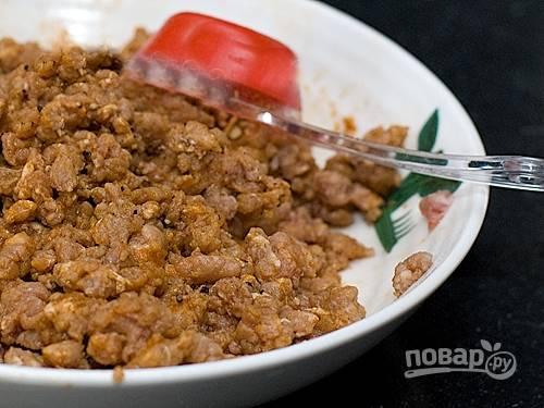 2. Пересыпьте фарш в тарелку, посолите и поперчите по вкусу.