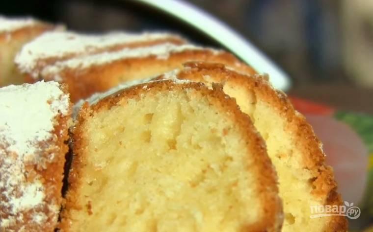 6. Выпекать кекс необходимо 50-60 минут при температуре 170 градусов. Остывший кекс присыпьте сахарной пудрой. Приятного чаепития!