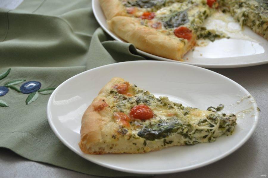 Всё это время, пока готовилась пицца, на кухне были умопомрачительные ароматы, так что не томите своих домашних ожиданием, скорее режьте пиццу на кусочки и угощайтесь. Приятного аппетита!