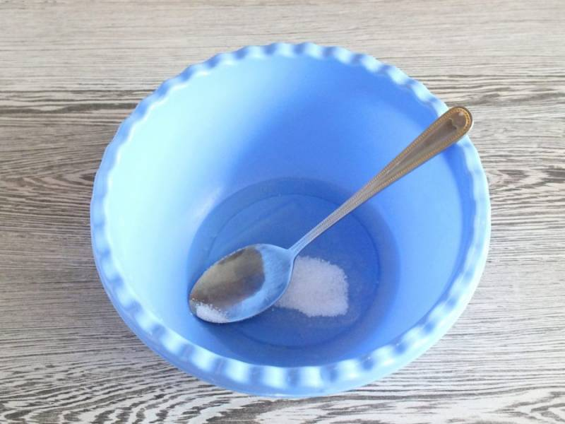 За 10 минут до окончания времени нахождения теста в холодильнике, сделайте начинку. В чаше смешайте 1 яичный белок с 1 ст.л. сахара.