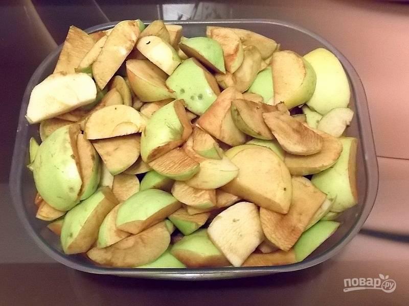 Помойте и очистите от сердцевины яблоки. Нарежьте.