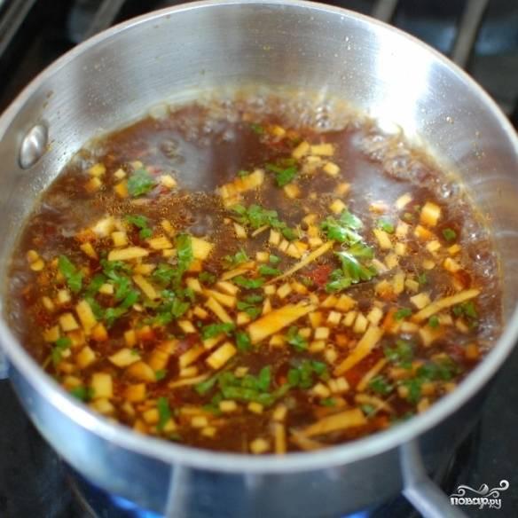 Оставшееся небольшое количество соуса переливаем в маленькую кастрюльку, доводим до кипения и увариваем на медленном огне примерно до половины. Этим соусом мы будем поливать готовую рыбу.