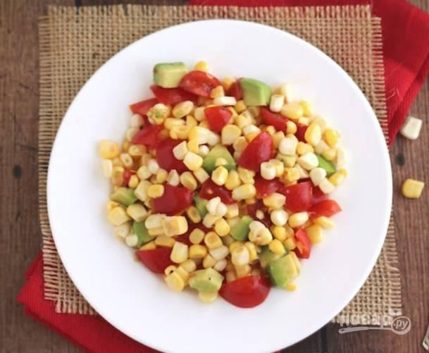 Смешайте овощи и авокадо, добавьте соль, перец а также заправку из масла и сока лимона.