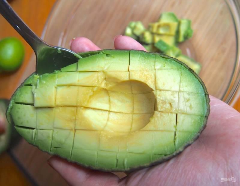 1.Помойте авокадо, разрежьте его на две части. Удалите косточку, острым ножом прорежьте мякоть квадратиками до кожуры. Извлеките мякоть, измельчите ее вручную или блендером до получения однородной массы.