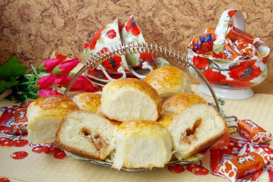 Пышные, ароматные сдобные пирожки с конфетами готовы. Можно подавать к чаю.