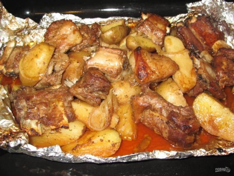 7. Достаем ребрышки из духовки, разворачиваем и даем немного постоять. У нас получилось мясо с гарниром.