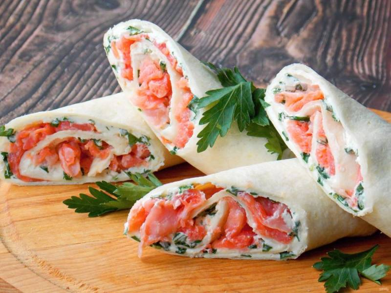 Наши тортильи готовы. Извлеките из холодильника, разверните, разрежьте и подавайте к столу. Приятного аппетита!