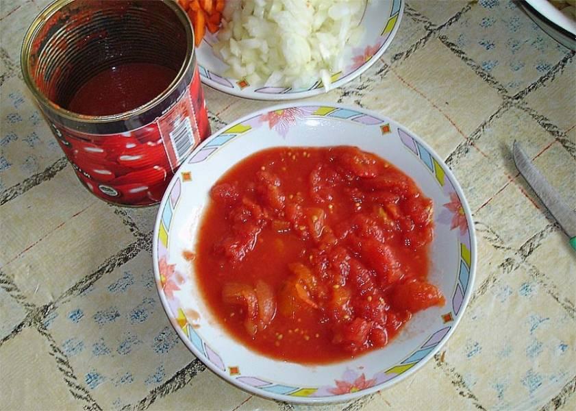 Шинкуем лук и морковь и открываем банку с консервированными помидорами.