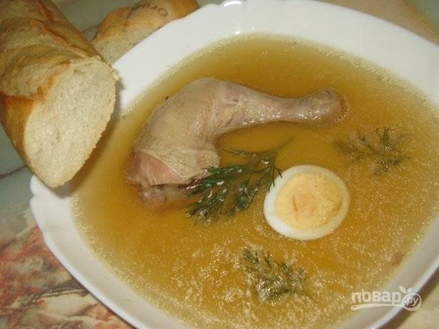 Перед подачей вы можете снять мясо с нескольких кусков курицы и отправить их в бульон. А можете положить в тарелку целый кусок мяса, немного овощей и залить это бульоном. Также для подачи хорошо использовать половинку отваренного вкрутую яйца.