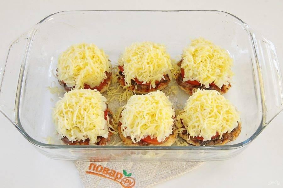 Посыпьте все тертым сыром и запекайте в духовке, разогретой до 180 градусов 30 минут.
