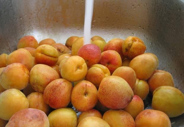 Итак, выбираем сочные спелые абрикосы и тщательно промываем их под холодной водой.