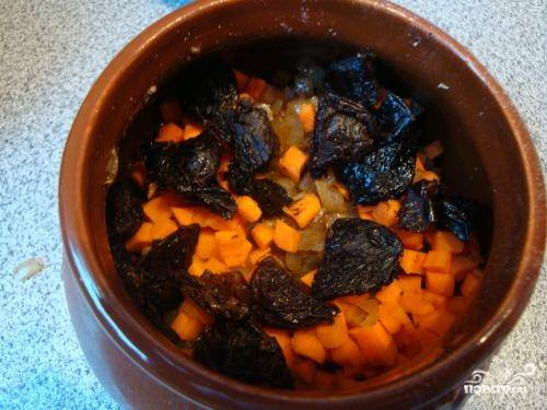 Затем выкладываем нарезанные морковь и чернослив.