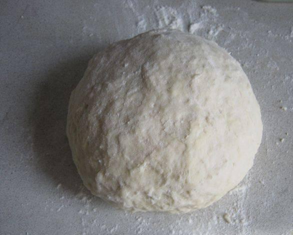 1. Замешиваем тесто. Просеиваем муку, добавим соль, яйцо и понемногу вливаем воду и молоко. Вымешиваем тугое тесто, лучше всего - руками. Отправим пока в холодильник.