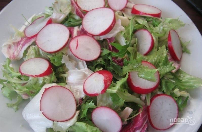В салатницу выложите салат. Сверху нарежьте редис кружками.