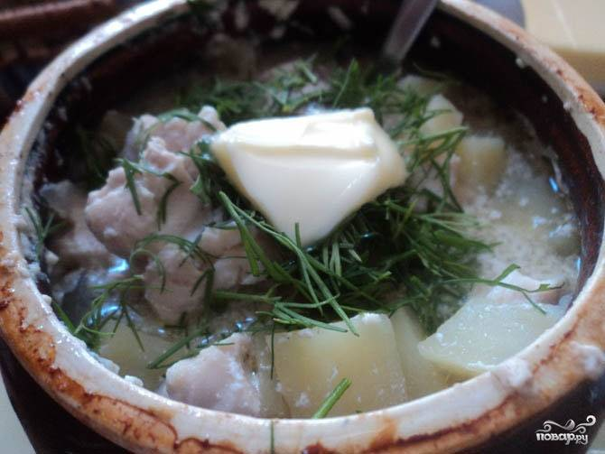 Посыпаем жаркое свежей зеленью и кладем небольшой кусочек сливочного масла сверху. Подаем к столу и наслаждаемся великолепием вкуса и аромата.