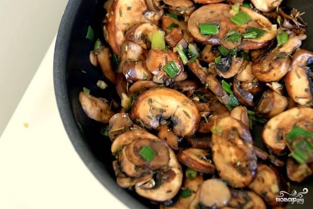 1. Для начала на растительном масле обжарим грибы вместе с зеленью. Специи добавляйте по вкусу.