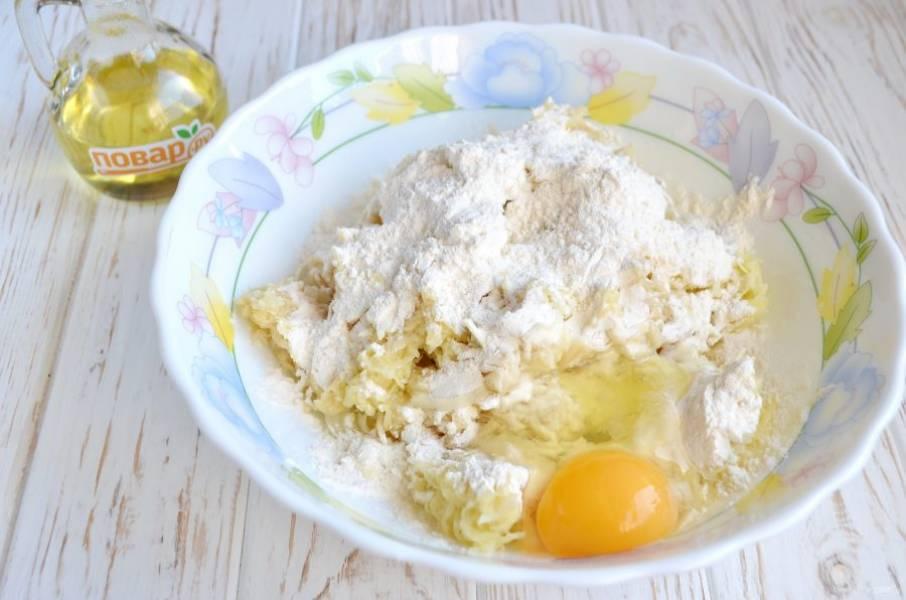 4. Положите сырое яйцо, добавьте муку, соль-перец по вкусу.