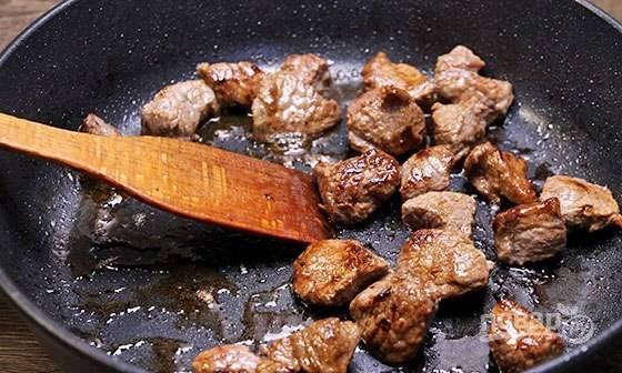А потом обжарьте мясо до красивой корочки.