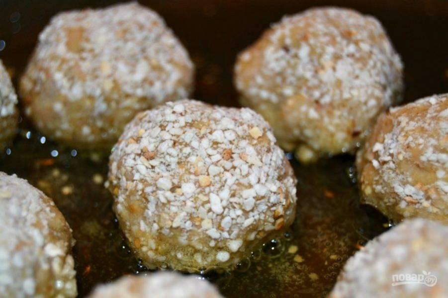 5.Нагрейте сковороду с оливковым маслом на среднем огне и обжаривайте до золотисто-коричневого цвета с каждой стороны.