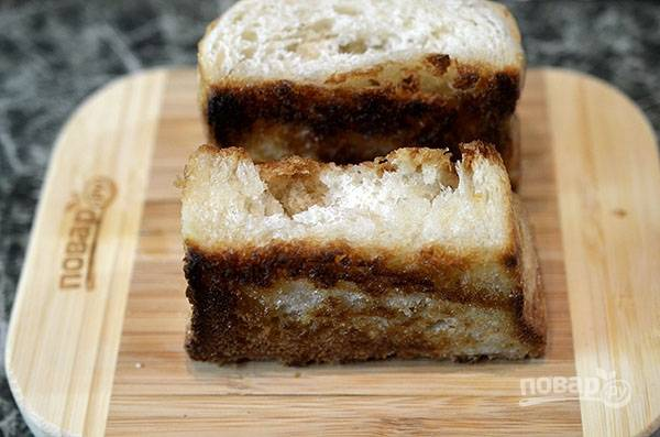 Сливочное масло растопите, обжарьте на нем хлеб со всех сторон.