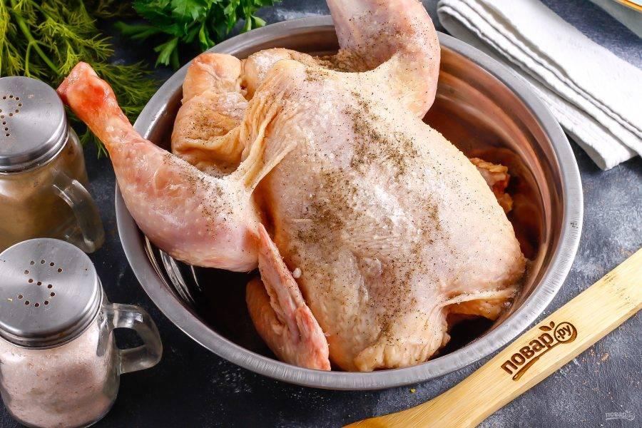 Цыпленка разморозьте, если приобретали замороженного. Промойте и обсушите. Обсыпьте солью и молотым черным перцем, тщательно натрите внутри и снаружи.