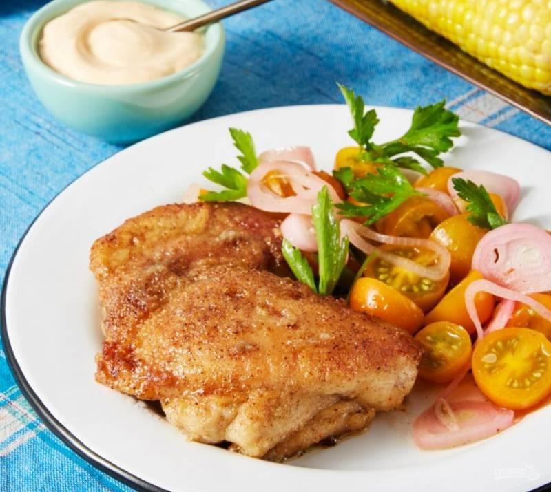7.Выложите курицу на тарелку, добавьте томатный салат, подавайте с соусом и початками кукурузы. Приятного аппетита!