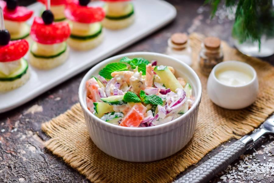Салат с креветками, помидорами и огурцами